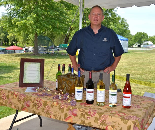 Mueller Serving Röbller Wine